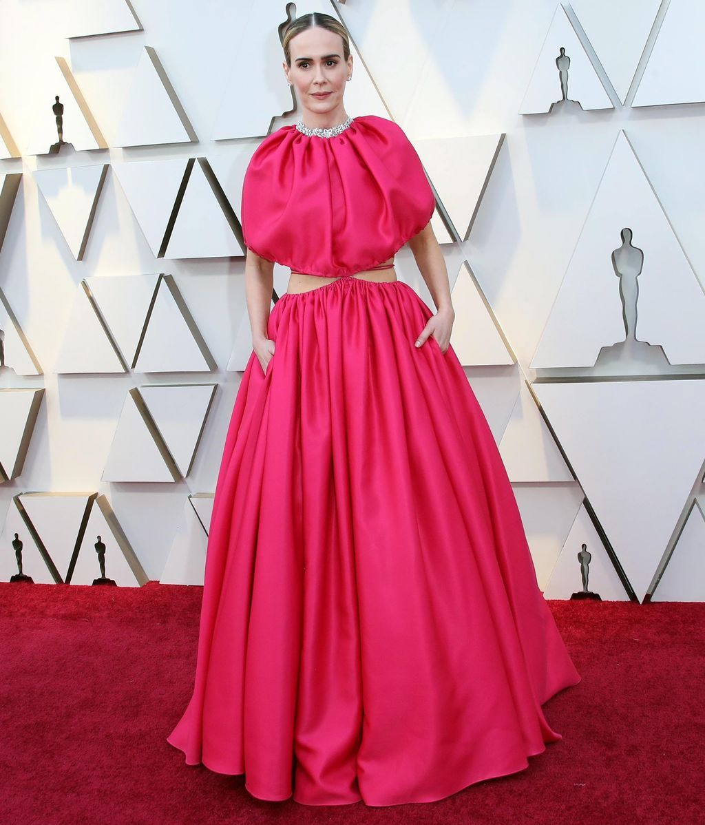 Sarah Paulson con vestido cut-out rosa de Brandon Maxwell