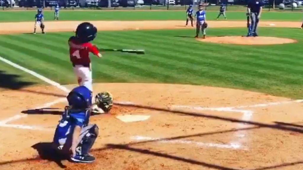 Un niño que nacio con un solo brazo golpea la pelota de baseball y hace un 'home run'