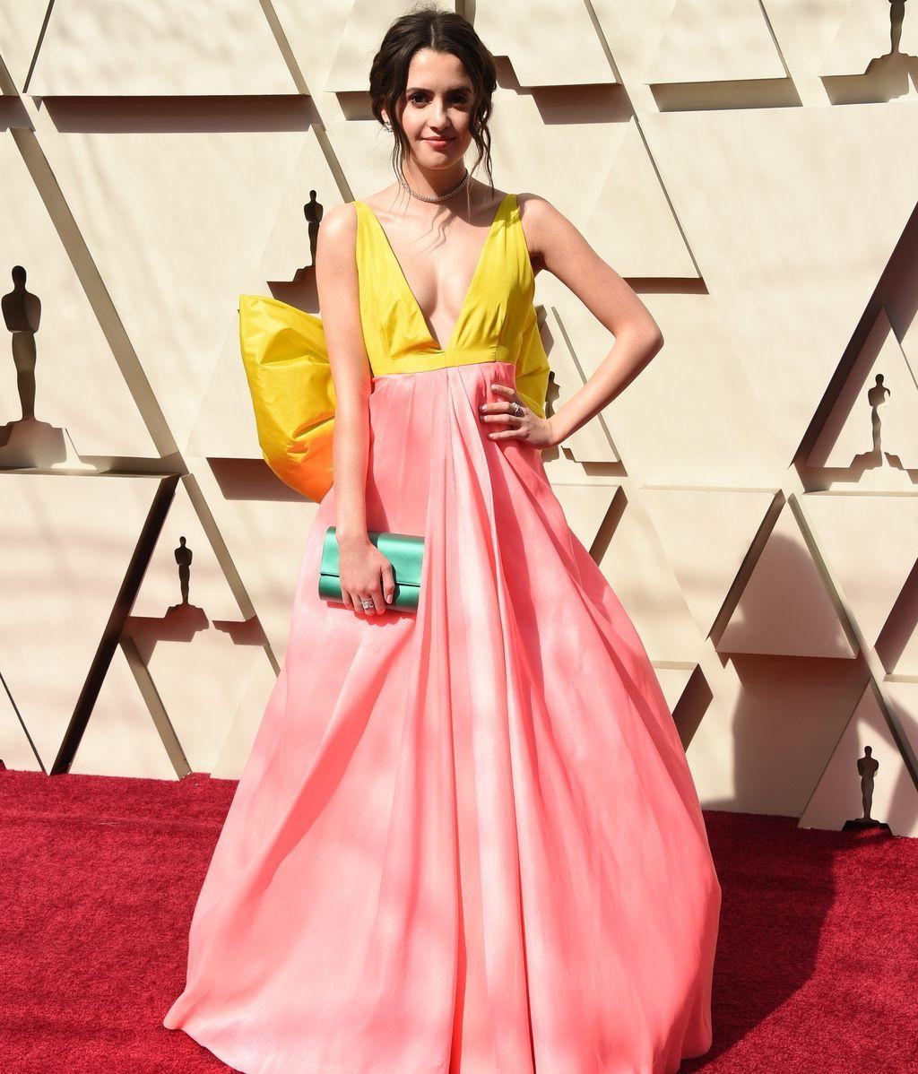 Laura Marano con vestido bicolor de escote profundo y adornado con un lazo en la espalda, de Celia Kritharioti