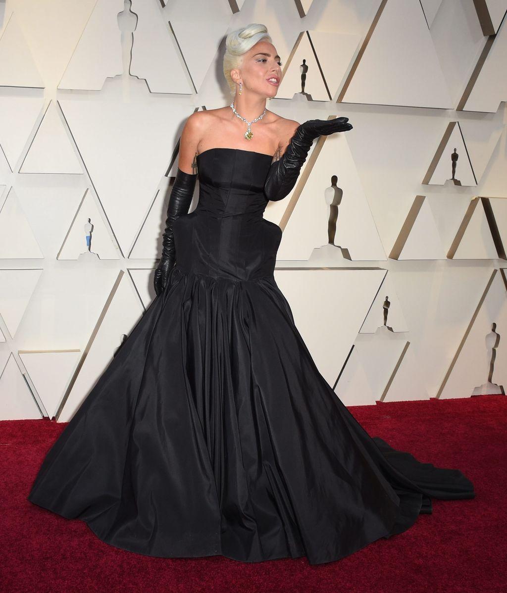 Lady Gaga con vestido palabra de honor de Alexander McQueen