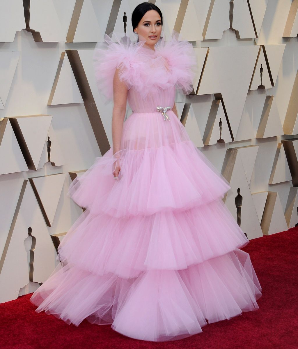 Kacey Musgraves con vestido de volantes de tul rosa de la firma Giambattista Valli