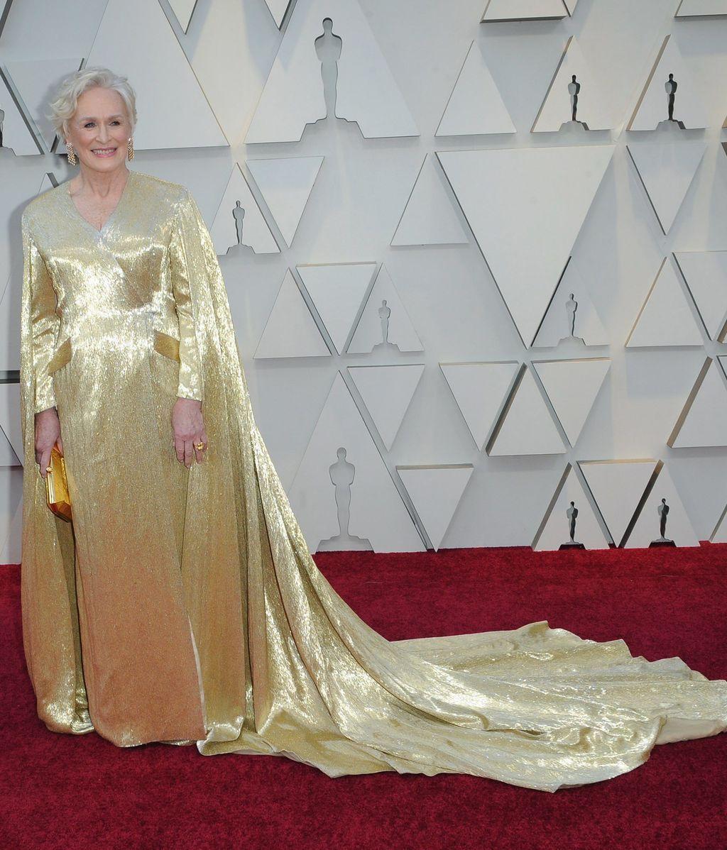 Glenn Close con vestido de capa en dorado Oscar firmado por Carolina Herrera