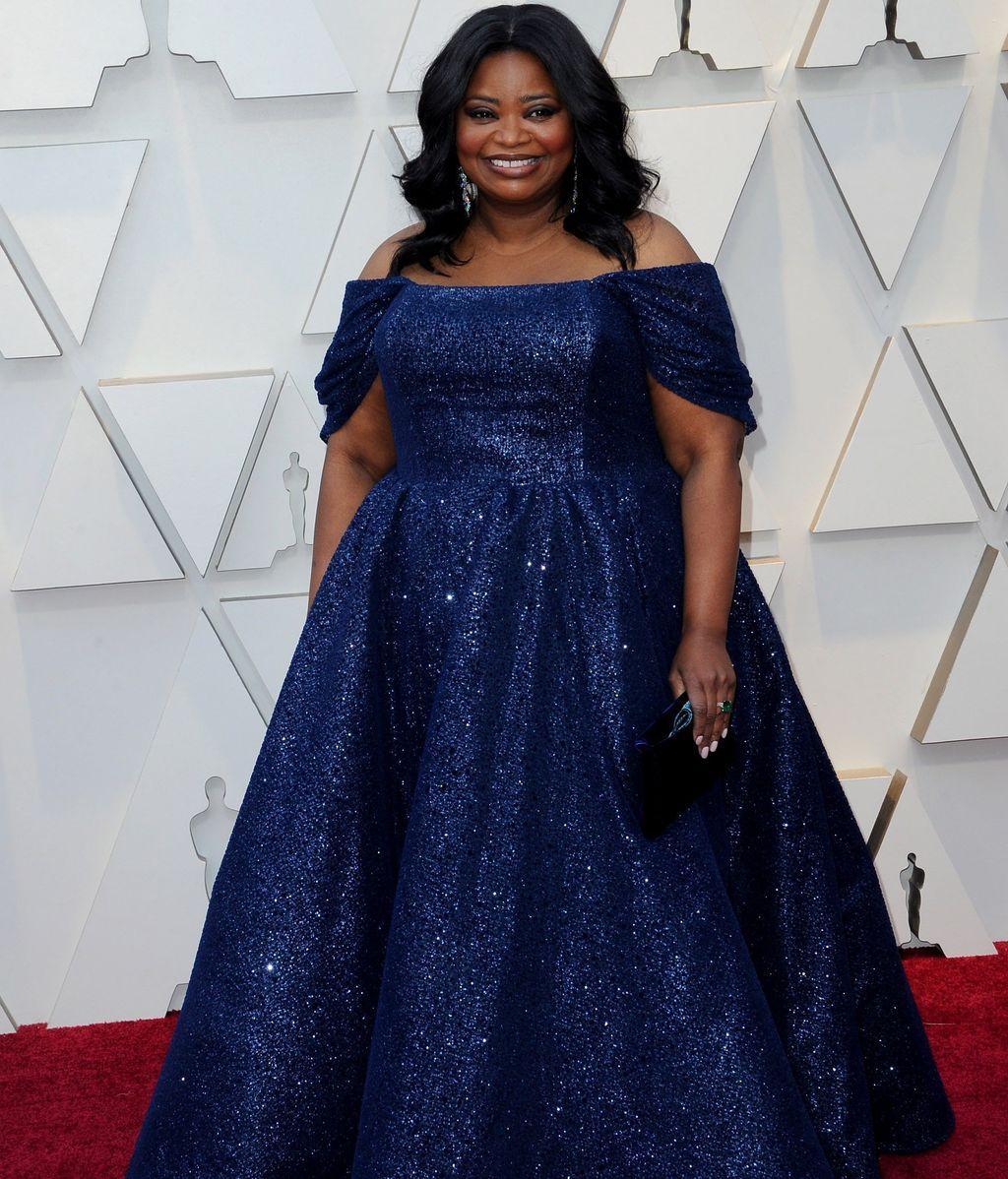 Octavia Spencer con vestido azul de escote Bardot