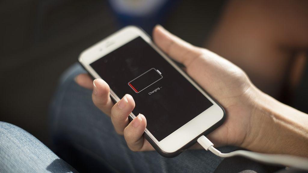 La Policía alerta del peligro de cargar el móvil en la calle