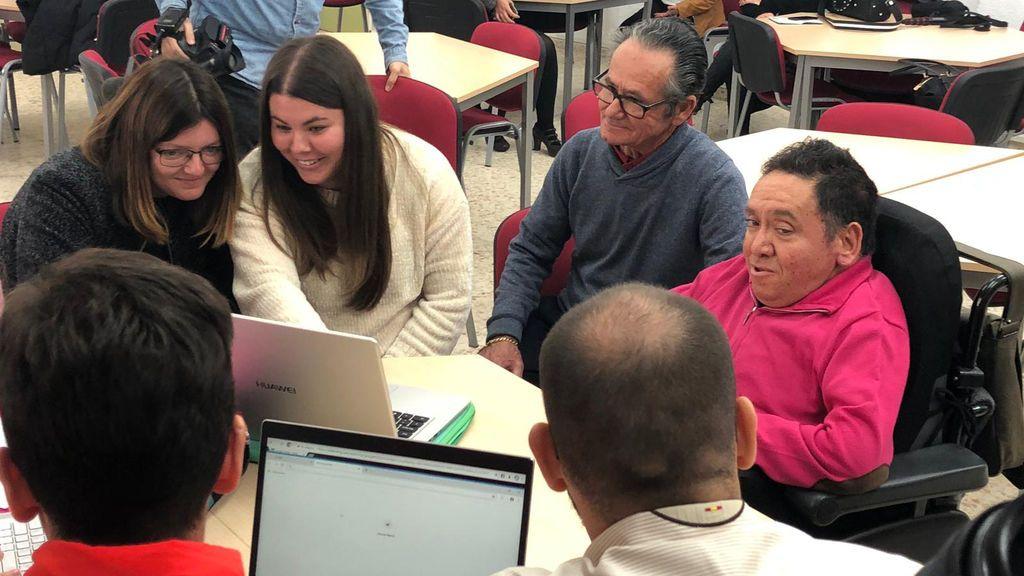 Juan José y su padre comparte aula con sus compañeros
