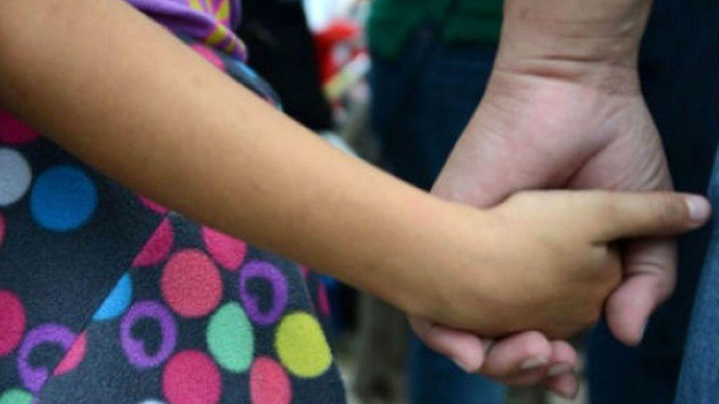 Una niña es obligada a vivir con su padre, acusado de abusar sexualmente de ella