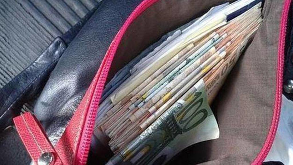 El dinero 'vuela': apoya el bolso en el capó del coche y salen despedidos los 800€ que llevaba