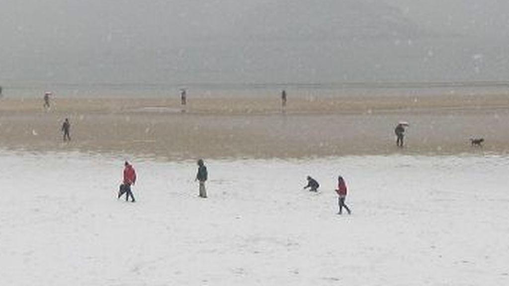 Justo hace un año nevó en la playa de la Concha: las mejores imágenes de 'la Bestia del Este'