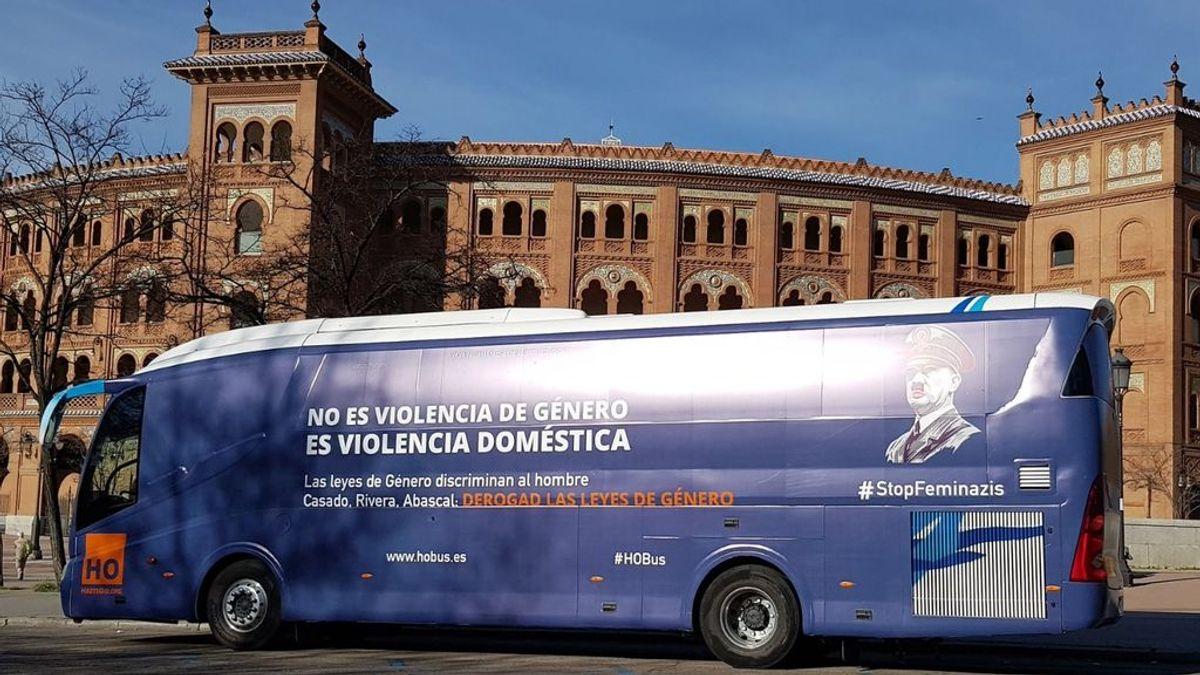 HazteOir fleta un autobús con la cara de Hitler y el mensaje #StopFeminazis