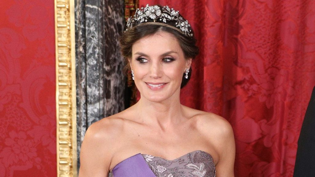 Cómo hacerte el recogido de inspiración griega de la reina Letizia, en x sencillos pasos