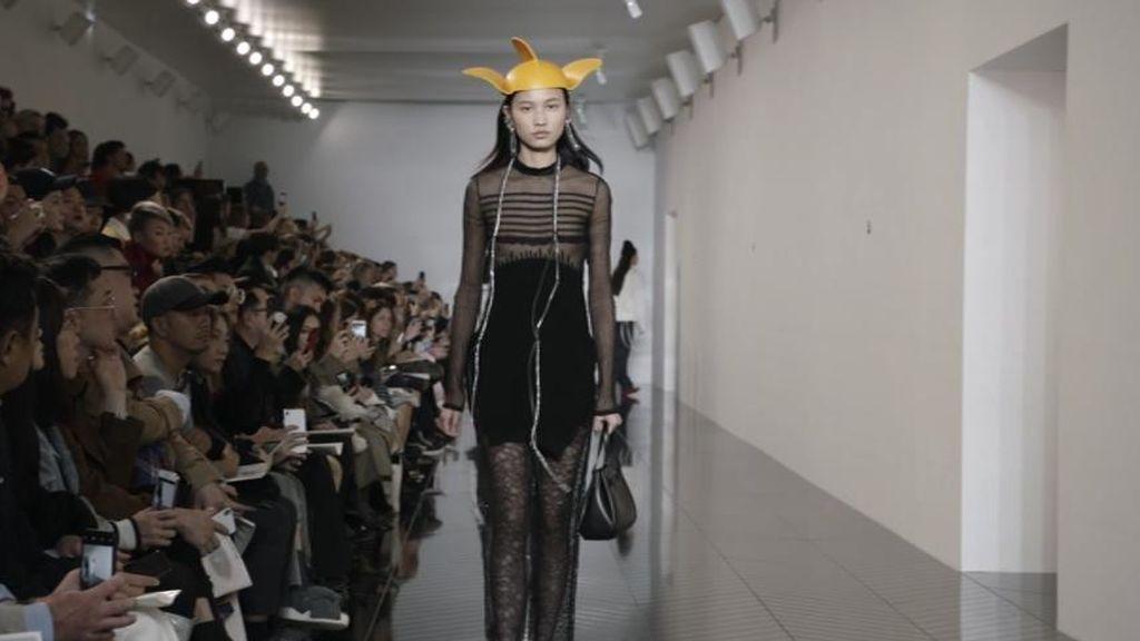 La semana de la moda de París y sus arriesgadas apuestas: gorros con orejas, bolsos miniatura y pañuelos pendientes