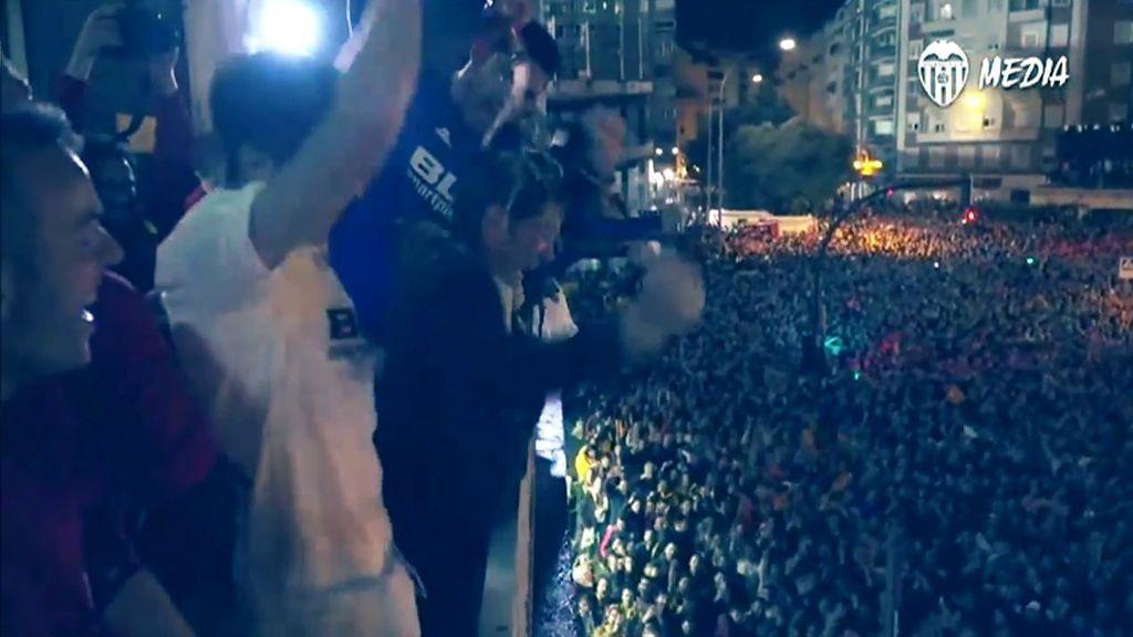 El baño de cerveza a Marcelino en el balcón de Mestalla durante la fiesta de los jugadores y la afición