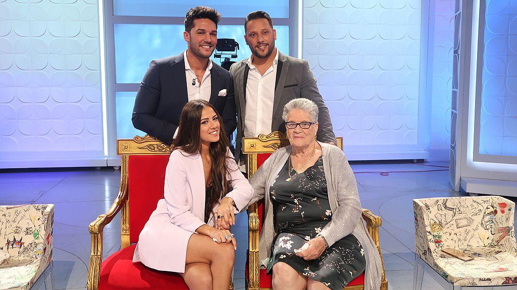 Foto de familia tras acabar el programa: novio, novia, abuela y hermano del novio