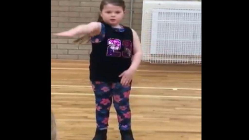 Una niña de 7 años interpreta la canción 'This is Me' del 'Gran Showman' en lengua de signos