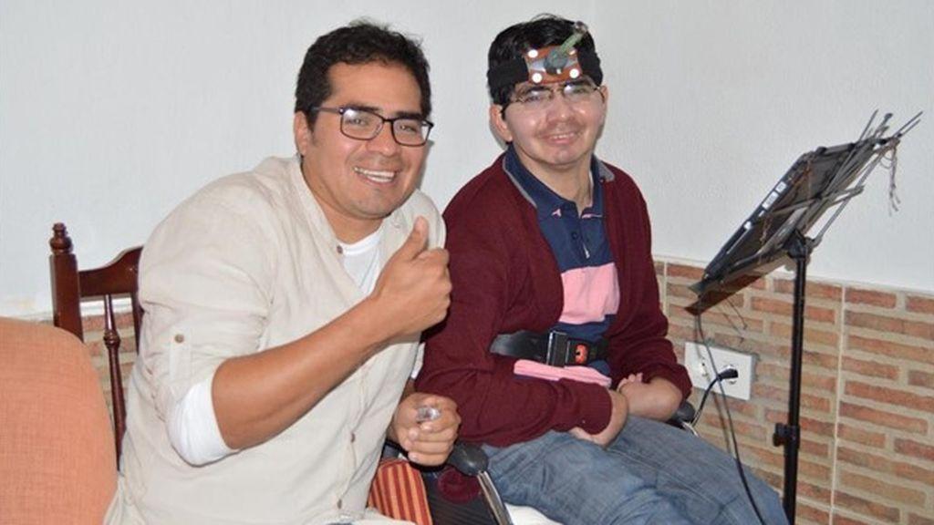 Un joven tetrapléjico de Motril (Granada) publica su segundo libro, escrito con un puntero atado a la frente