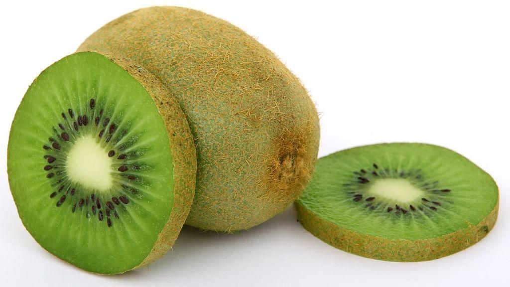 Cinco beneficios que aporta a tu salud comer kiwi