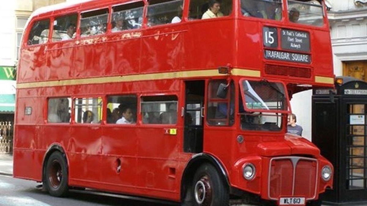Encuentra 350.000 euros en un autobús de Londres y los entrega a la Policía
