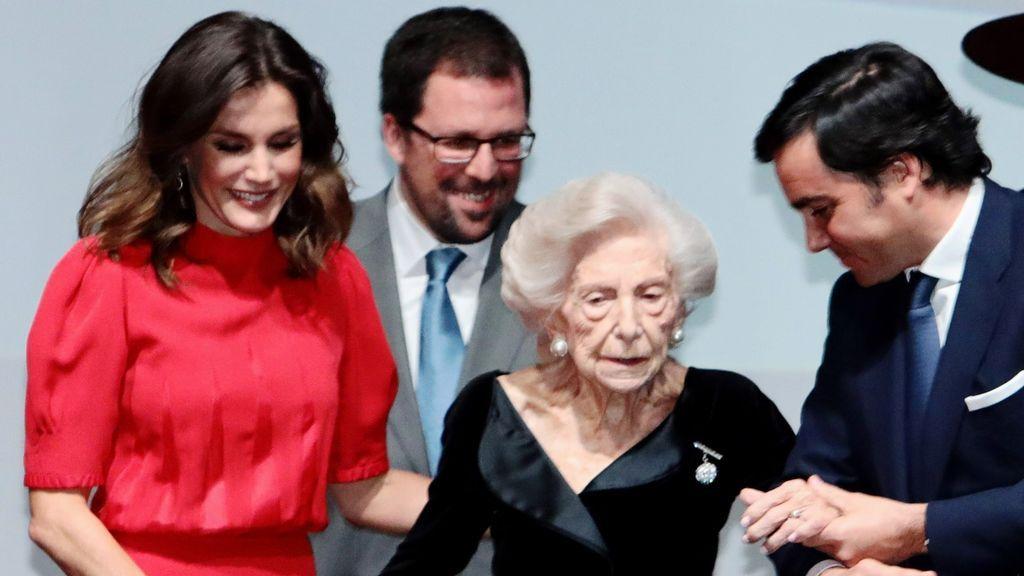 Mercedes Junco Calderón junto a la Reina Letizia, durante la entrega del Premio Nacional a la Comunicación de la Industria de la Moda.