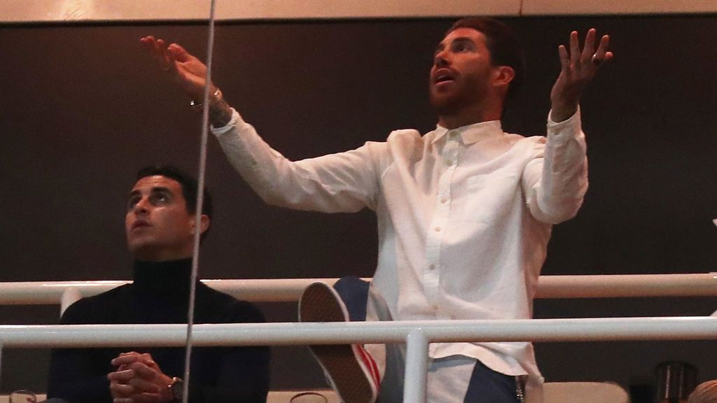 Sergio Ramos graba un documental en el palco durante el bochorno del Real Madrid en la Champions