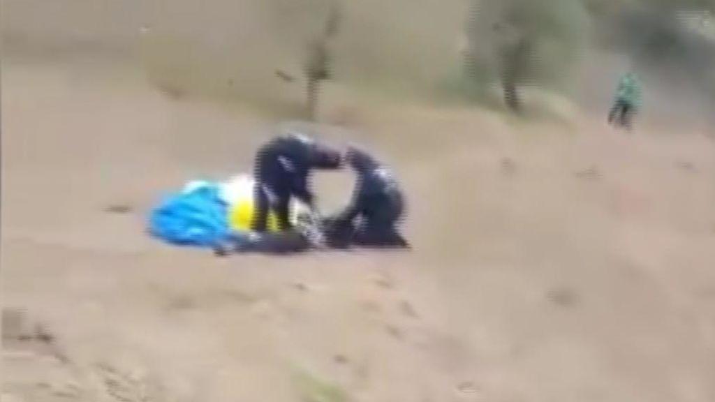 La trágica secuencia de un paracaidista que muere durante una celebración