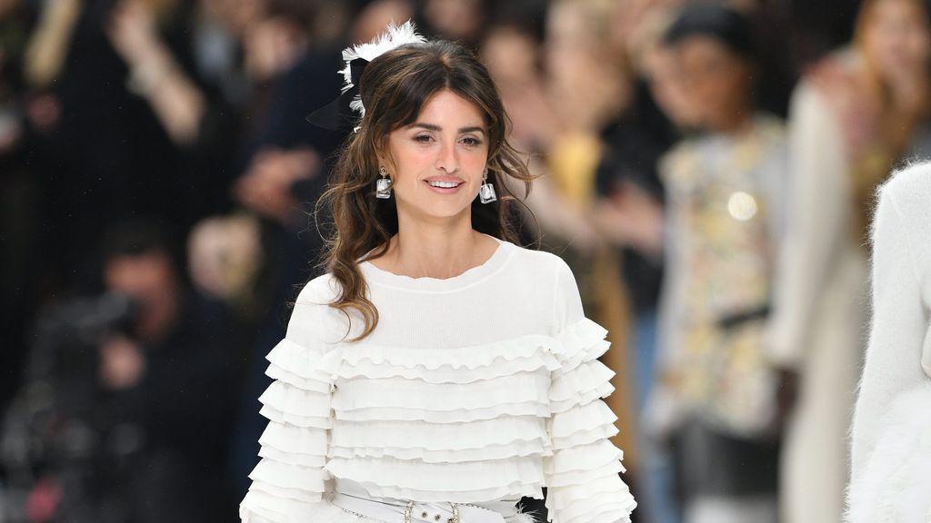 Penélope Cruz cierra con broche de oro el desfile de Chanel en homenaje a Karl Lagerfeld