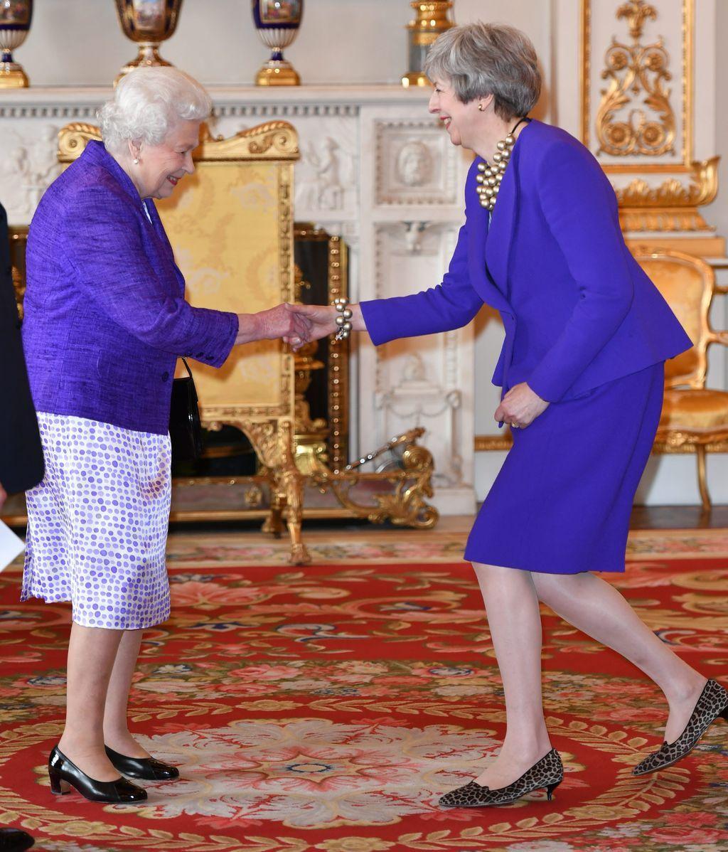 Theresa May e Isabel II, sin embargo, lo dieron todo al morado