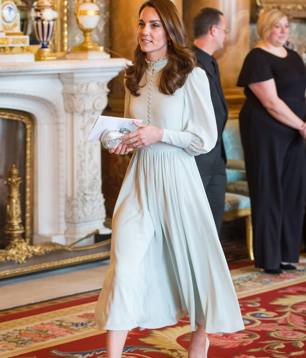 Kate Middleton ha elegido un vestido largo con vuelo y en tono verde claro