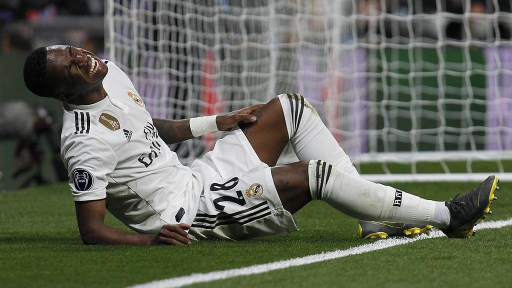 Vinicius se lesiona ante el Ajax y llora desconsolado en el Bernabéu