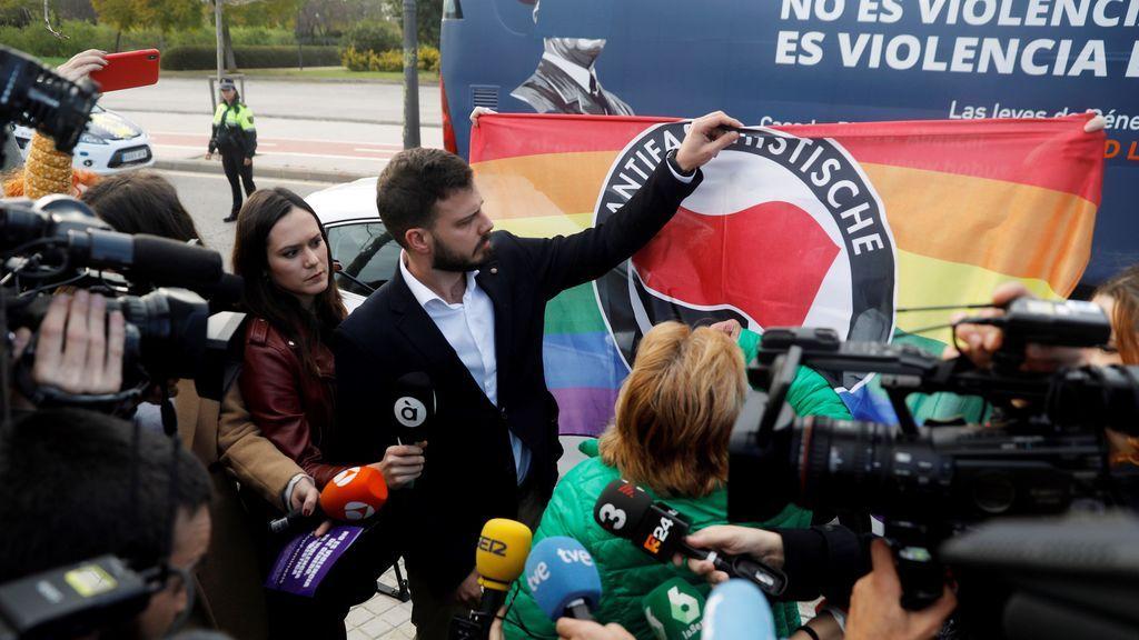 La Policía de Valencia bloquea el autobús de HazteOír y le retira los vinilos