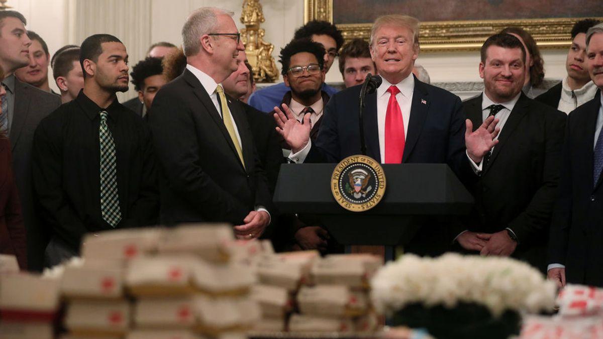 Trump recupera las hamburguesas y los bocadillos de pollo para un encuentro  con deportistas en la Casa Blanca