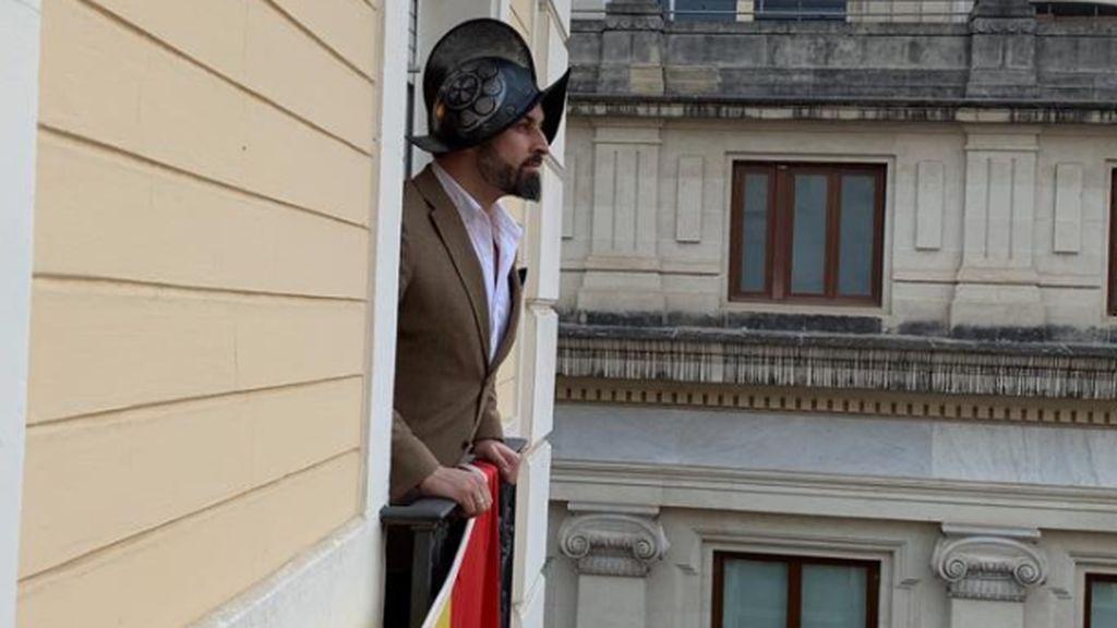 Abascal posa a lo Hernán Cortés para dejar claro que Casado no es rival y las redes se incendiana