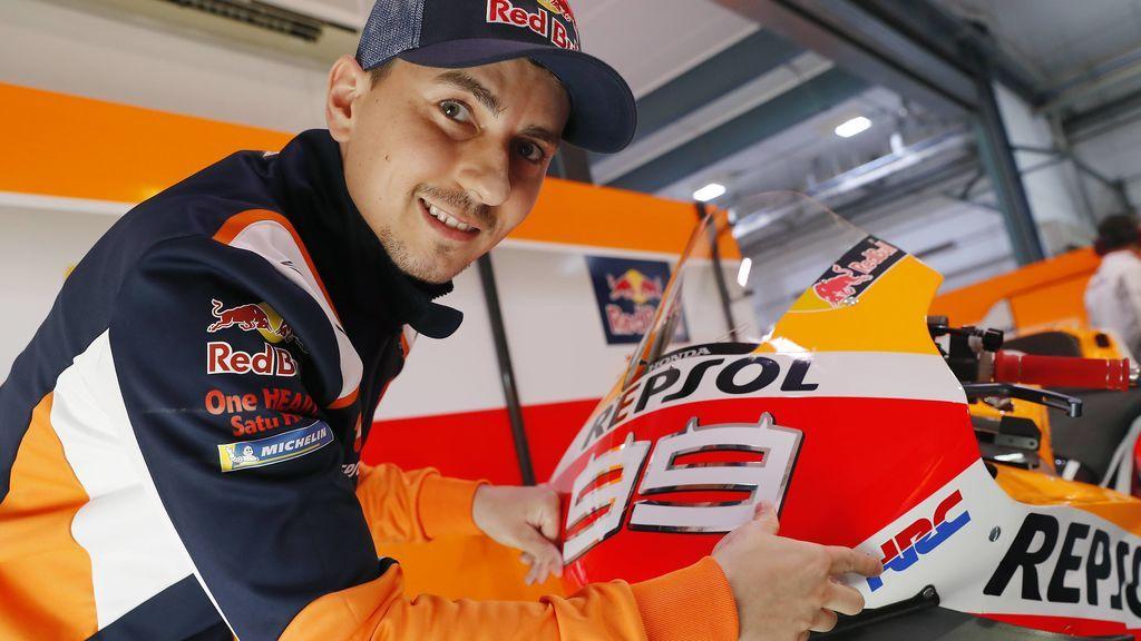 Jorge Lorenzo se mimetiza con el GP de Qatar y sorprende con su nuevo 'look'