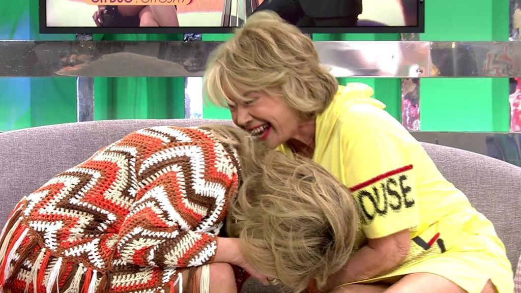 Mila Ximénez sufre un ataque de risa en directo pensando que se le ha caído un diente