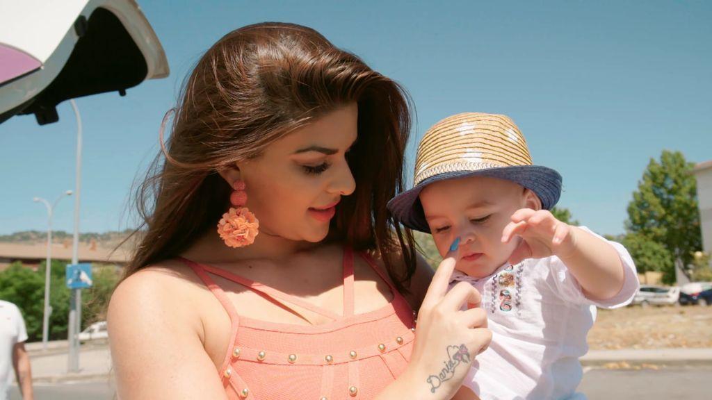 La Rebe regresa a casa con su bebé y sin Jose y hace saltar las alarmas de crisis