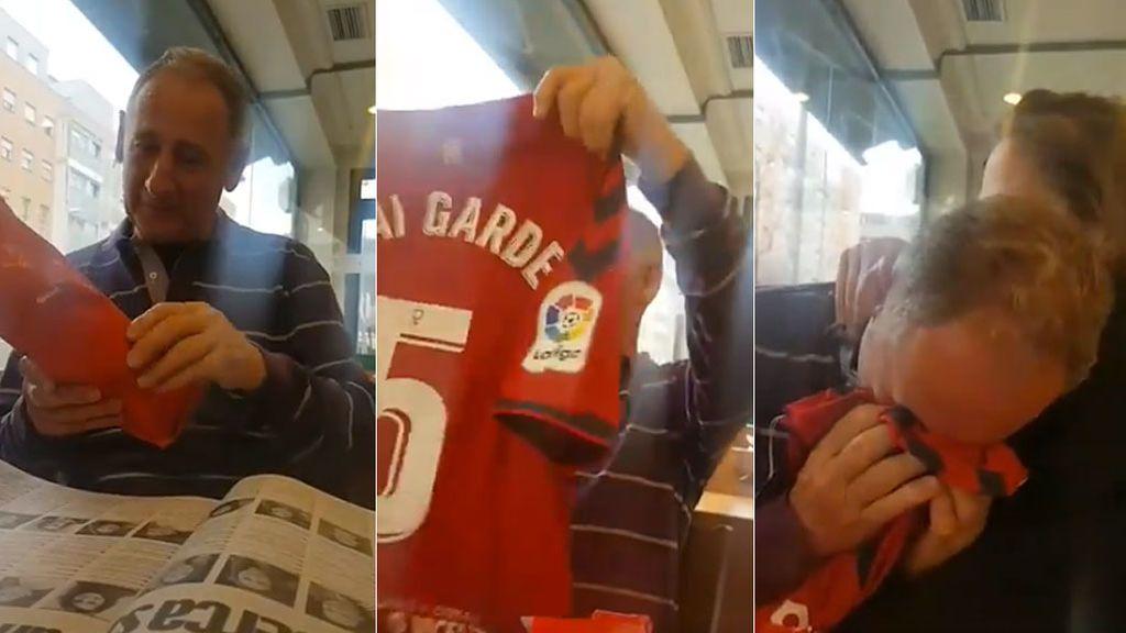 La emoción de un padre cuando su hija que es capitana de Osasuna le regala una camiseta con su nombre para verla jugar en El Sadar