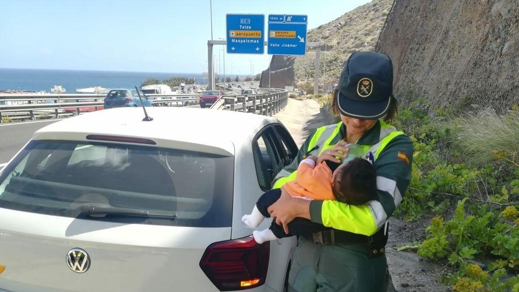 Una guardia civil se hace cargo de un bebé cuyo padre había sufrido un amago de infarto al volante