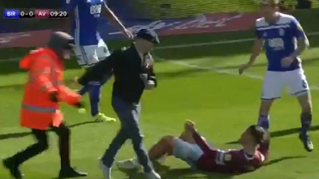La imagen que avergüenza al fútbol: nn aficionado salta al campo y agrede a un jugador del Aston Villa