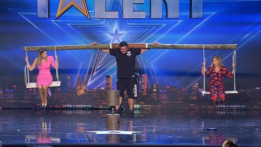 Roberto Rodríguez, el hombre más fuerte de España, levanta un tronco de 80 kilos del que estaban colgadas Edurne y Eva