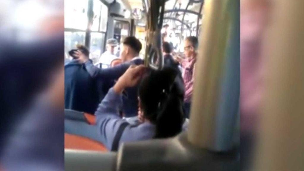 Brutal ataque homófobo a un joven en un autobús