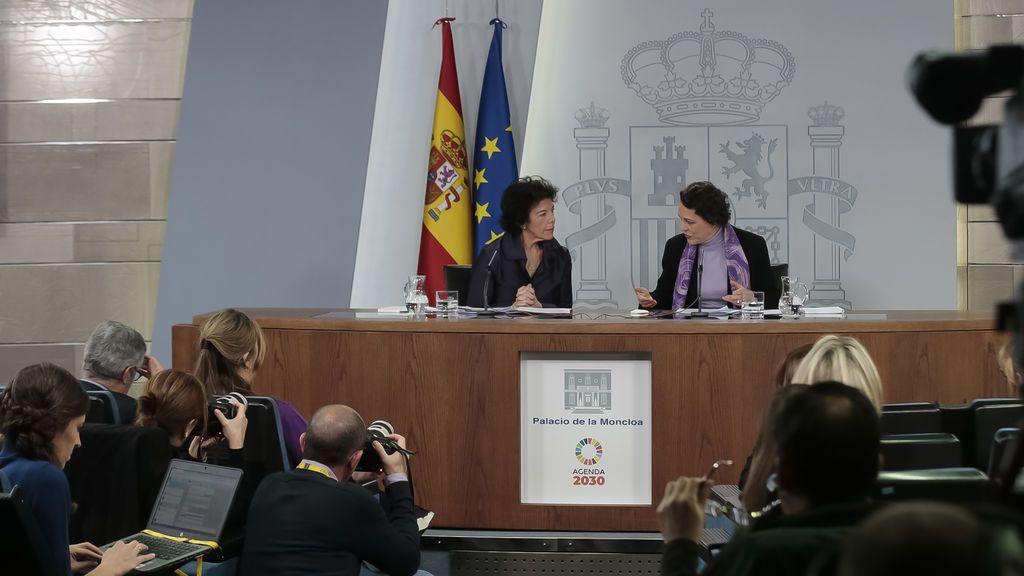 La portavoz del Gobierno, Isabel Celaá y la ministra de Trabajo, Magdalena Valerio, durante la rueda de prensa posterior al Consejo de Ministros del viernes 8 de marzo de 2019.