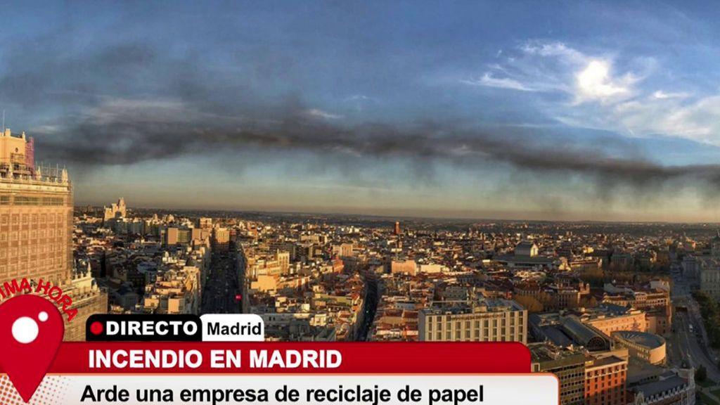La imagen del día: una columna de humo tóxico cruza todo Madrid