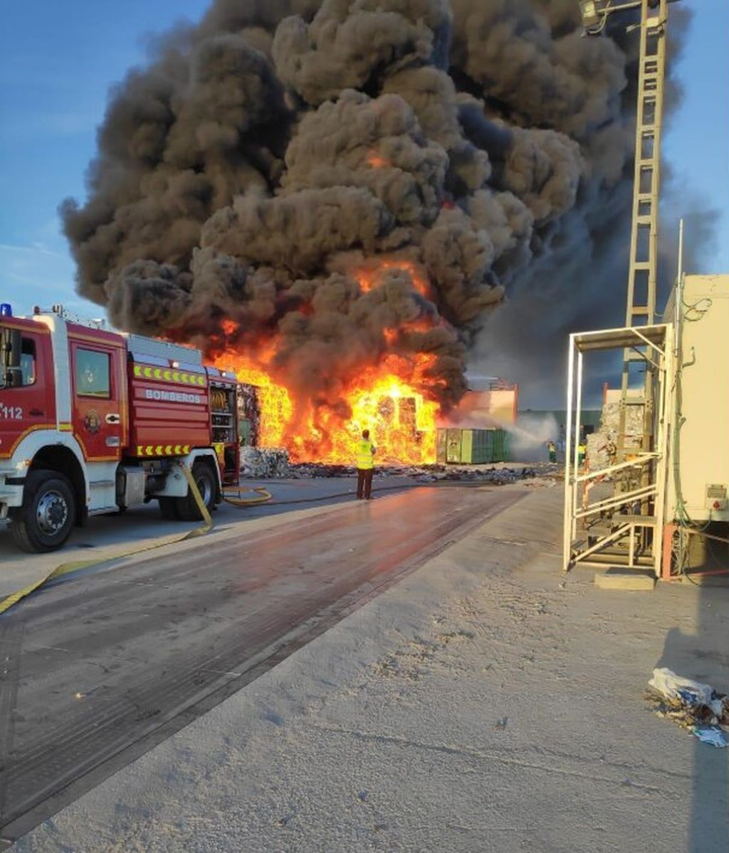 Una gran columna de humo avanza tras un incendio en una planta de reciclaje en Alcorcón