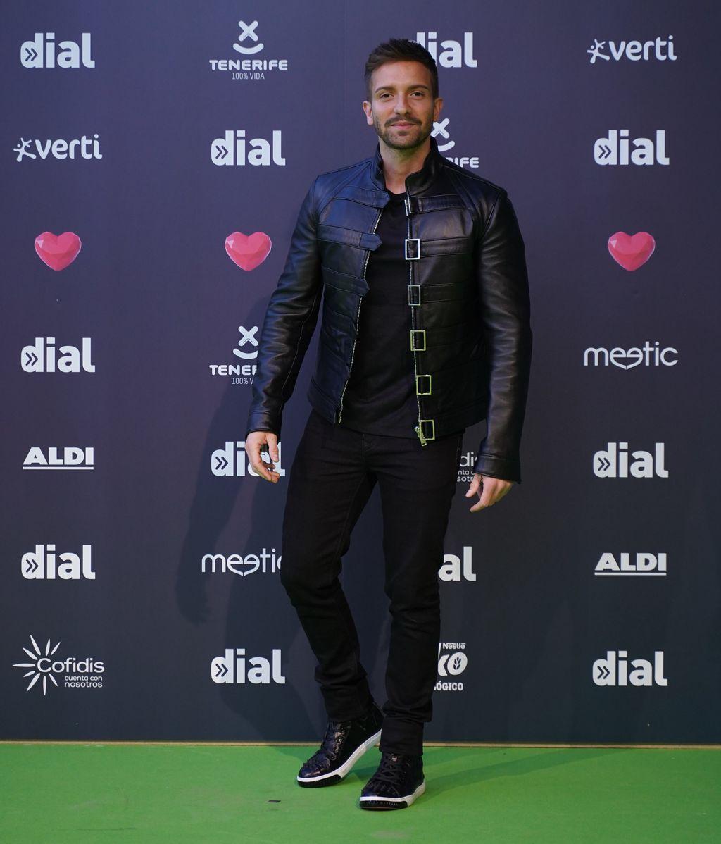 Pablo Alboran con un estilismo informal en el que destaca su chaqueta de cuero