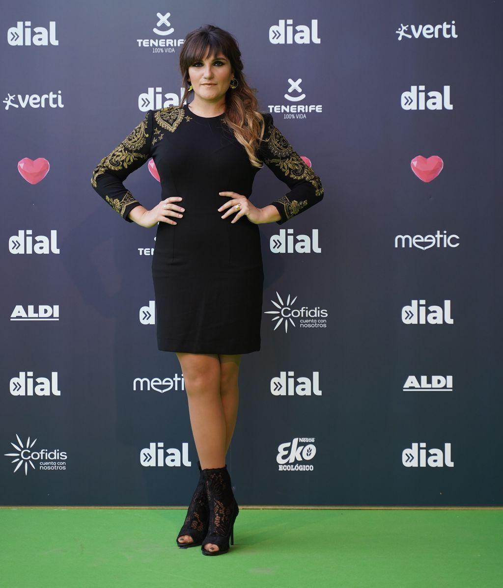 Rozalen con mini vestido negro bordado en dorado