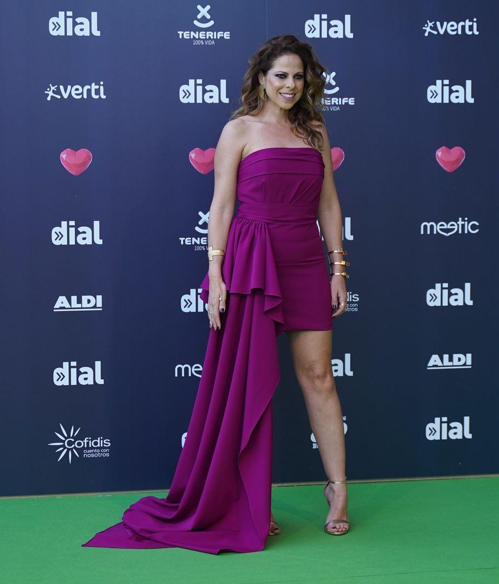 Pastora Soler con vestido mini de media cola