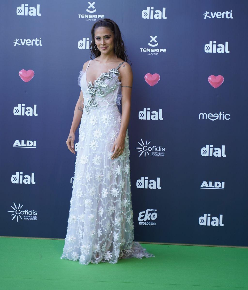 La actriz Greeicy Rendon con un vestido blanco lleno de margaritas