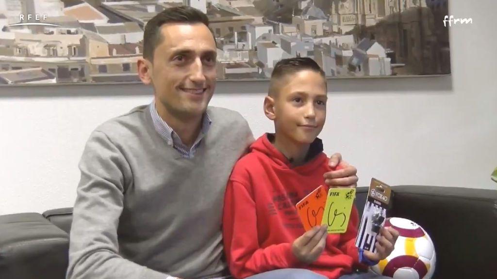 """Sánchez Martínez cumple el sueño de un niño de 9 años que sueña con ser árbitro: """"Es la ilusión de mi vida"""""""