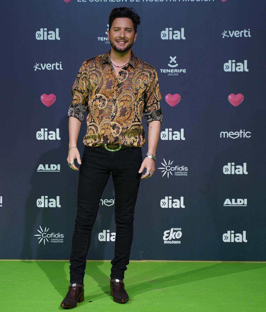 Manuel Carrasco con camisa de estampado cachemir
