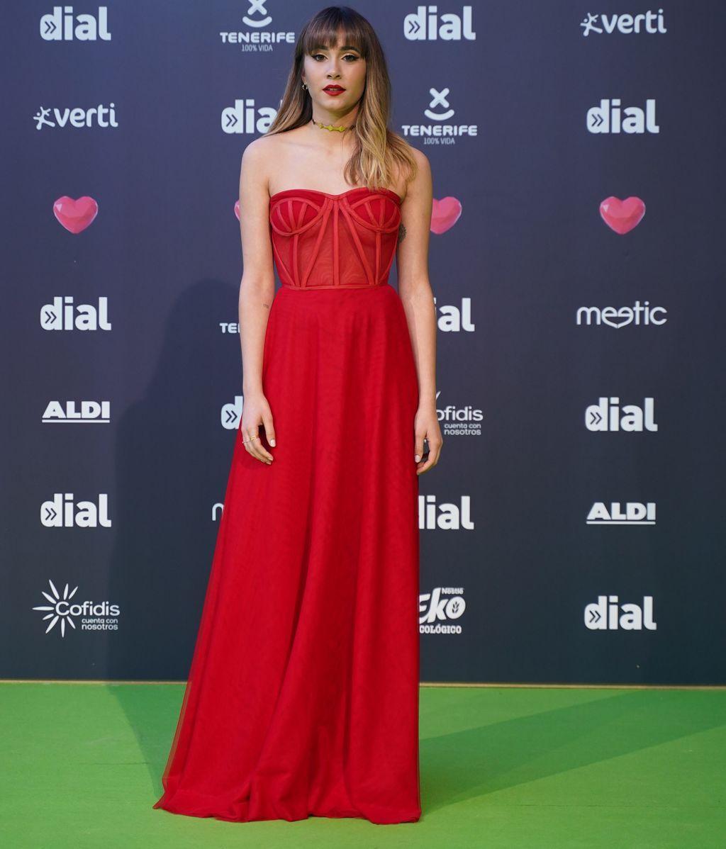 Aitana con un vestido rojo de cuerpo corsé
