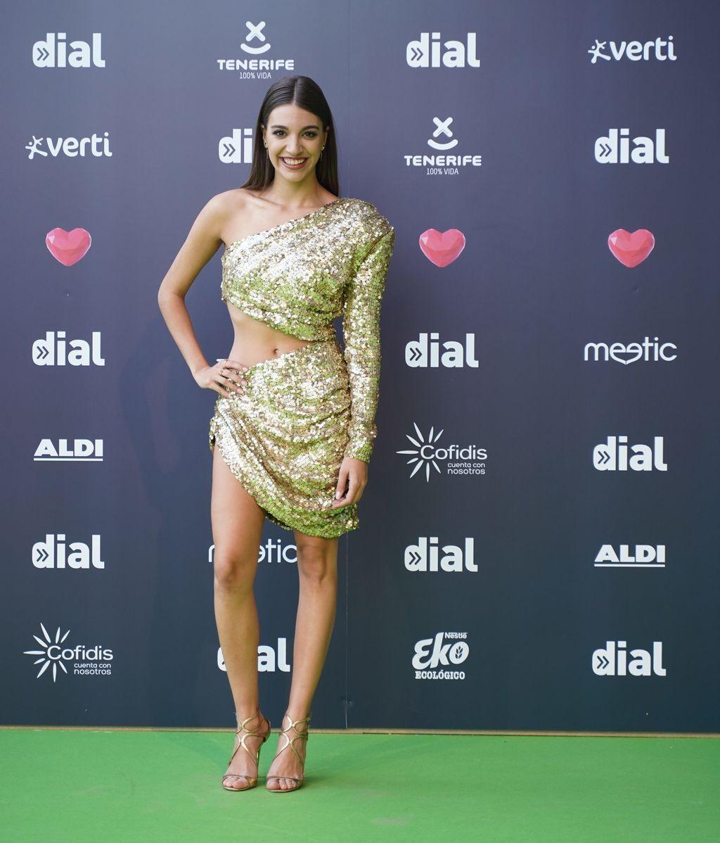 Ana Guerra con un vestido cut-out de lentejuelas dorado
